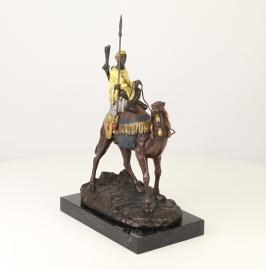 Bronzen beeld van een dromedaris met zijn berijder