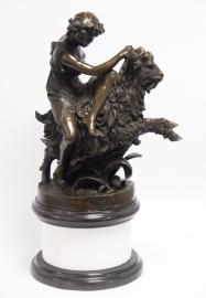 Bronzen kwajongen bereid een geit
