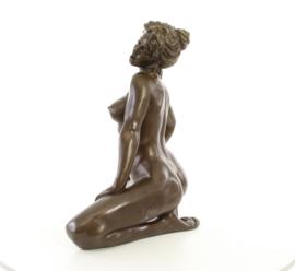 Groot bronzen beeld van een zittende vrouw