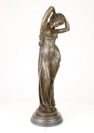 Bronzen beeld van statische vrouw