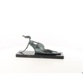 Een abstract bronzen beeld van een liggende naakte vrouw