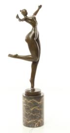 Een abstracte bronzen beeld van naakte vrouw