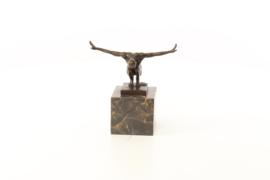 Een bronzen beeld van een mannelijke naakt