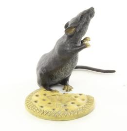 Een bronzen beeld van een muis met biscuit
