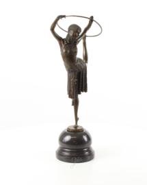 Bronzen beeld van een hoepeldanseres