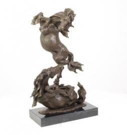 Bronzen vechtende paarden