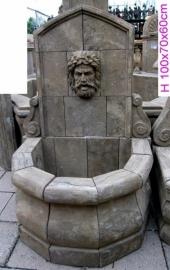 Stenen muurfontein met mythologische afbeelding