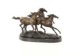 Een bronzen beeld 3 Galopperende paarden