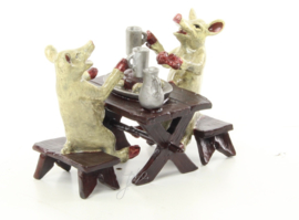 Een bronzen groep van twee varkens aan het lunchen