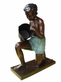 Grote bronzen jongen met emmer  H: 110 cm.