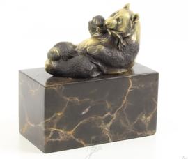 Een bronzen beeld van een etende panda