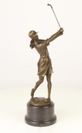 Bronzen beeld van een vrouwelijke golfer