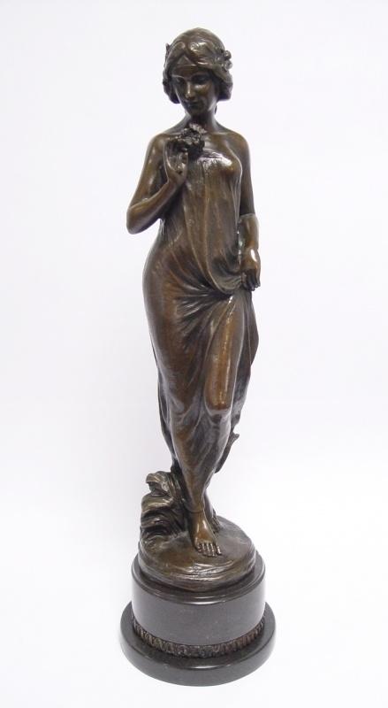 Bronzen vrouw met bloemen