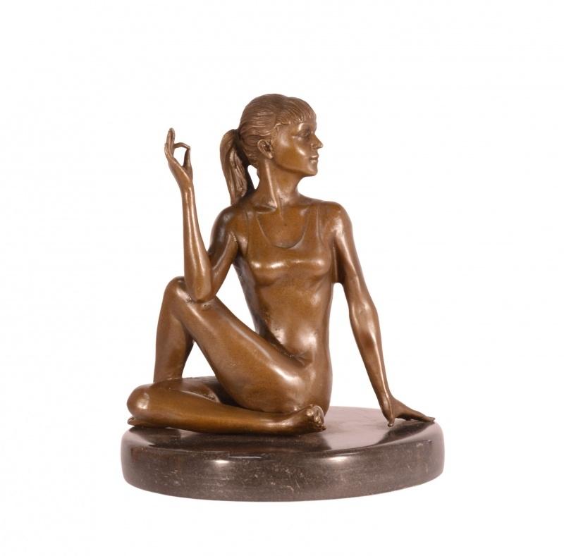 Bronzen beeld vrouw beoefend yoga