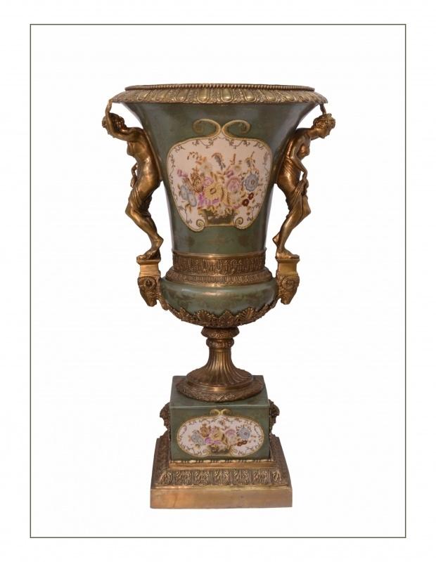 Bronzen Porseleinen vaas (urn) afgewerkt met bronzen figuren