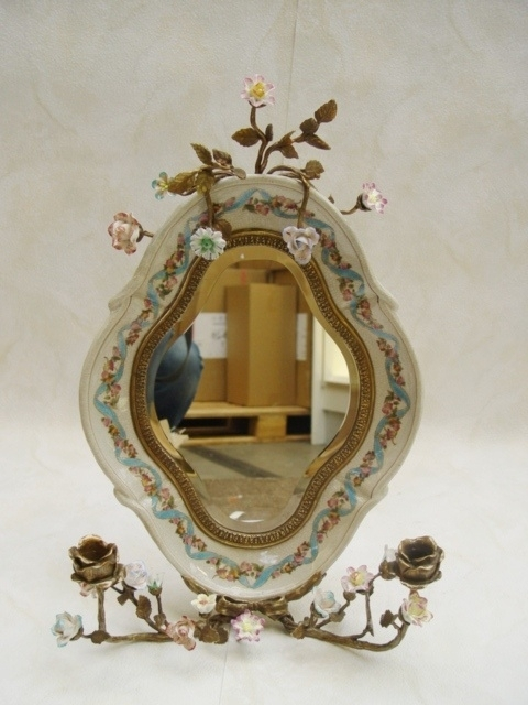 Porseleinen spiegel afgewerkt met brons en bloemen