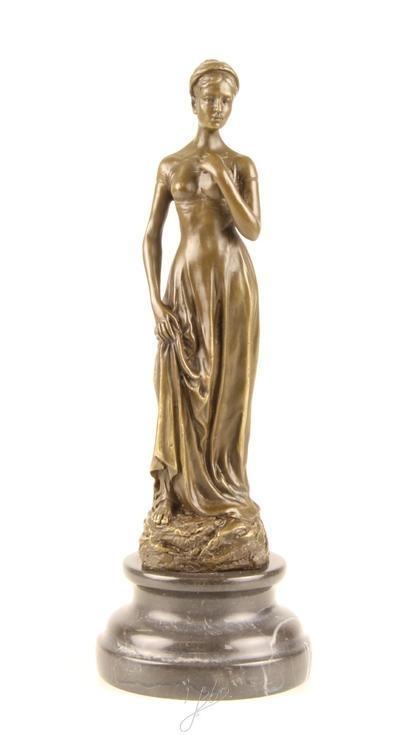 Bronzen beeld van jongen vrouw prachtig weergeven