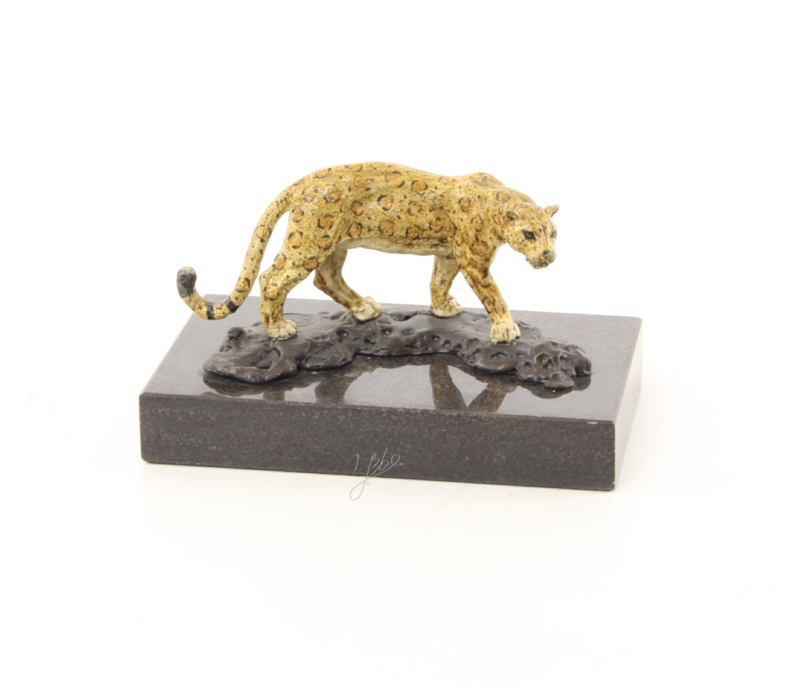 Een bronzen beeld van een jaguar