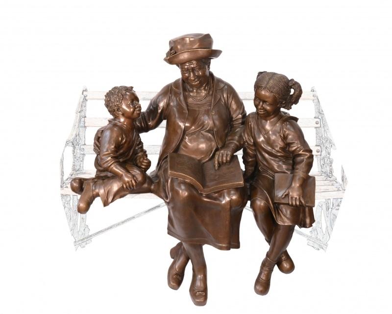 Groot Bronzen beeld oma met haar kleinkinderen op een bank