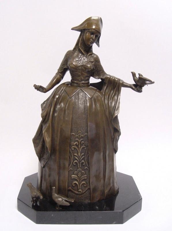 Bronzen beeld vrouw voedt de vogels