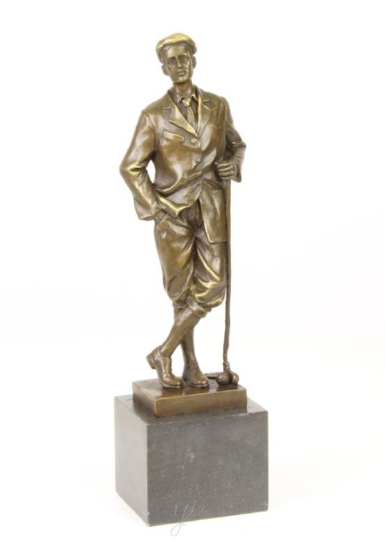Bronzen golfer aan het rusten op zijn hockeystick