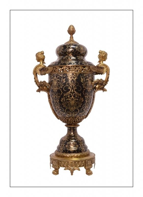 Porseleinen urn afgewerkt met bronzen figuren