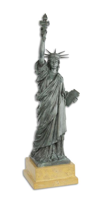 Een bronzen beeld van het Vrijheidsbeeld
