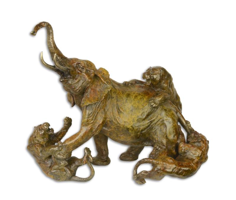 Een bronzen beeld van een olifant aangevallen door LEEUWEN