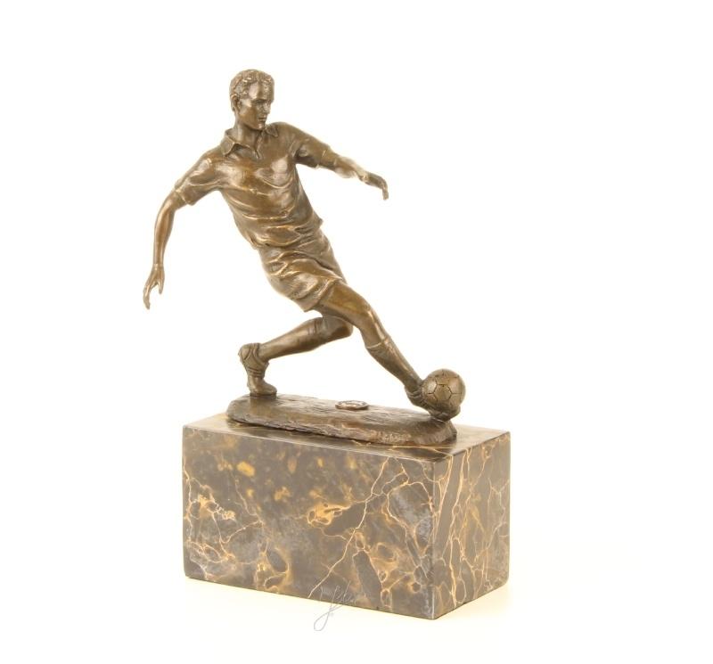 Beeld van een bronzenvoetbalspeler in actie
