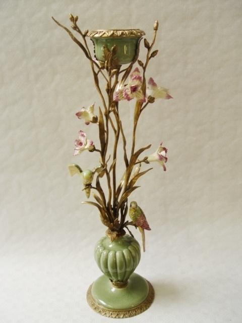 Porseleinen kandelaar afgewerkt met brons en bloemen en  parkieten