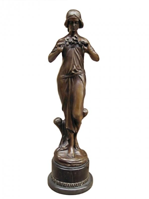 Bronzen dame met boeketbloemen