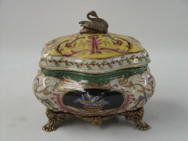 Porseleinen potje met zwanendop van brons