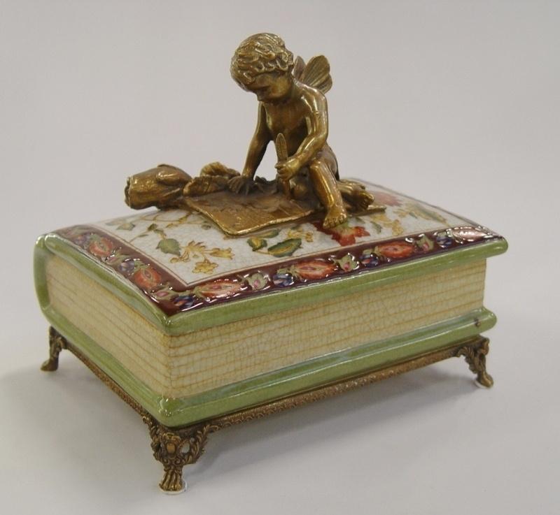 Porseleinen doosje in vorm van een boek afgewerkt met brons