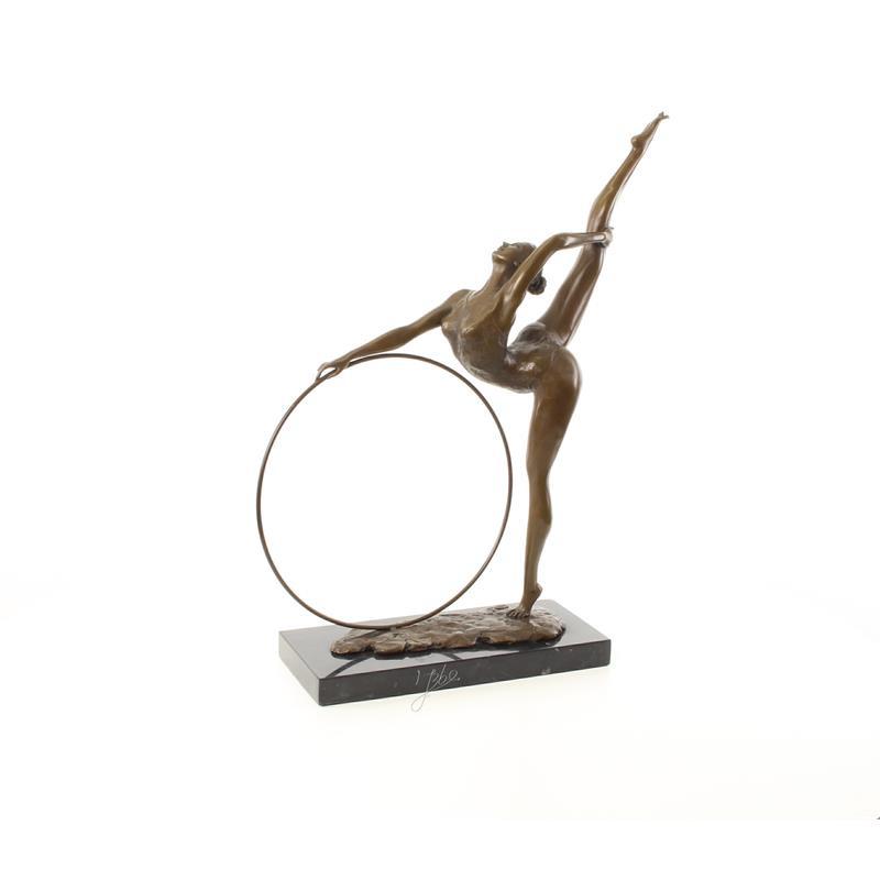 Een bronzen sculptuur van een hoepel danser