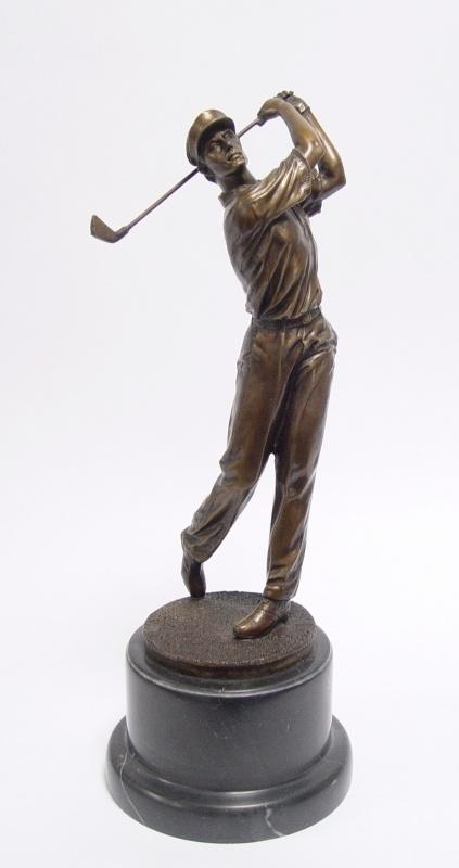 Bronzen beeld van een golfer.