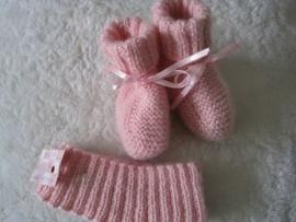 gebreide roze sokjes met satijnen lintje en haarbandje