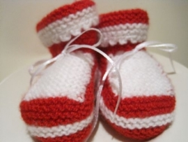gebreide sokjes in rood en wit