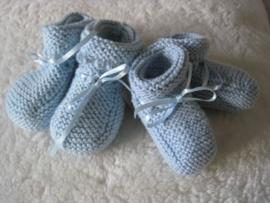 gebreide lichtblauwe sokjes