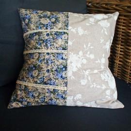 Kussenhoes met blauw en beige bloemetjes