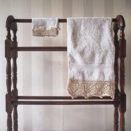 Witte handdoek + washandje met gehaakt randje