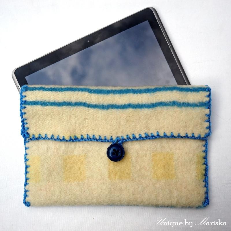Tablethoes geel met blauwe wol