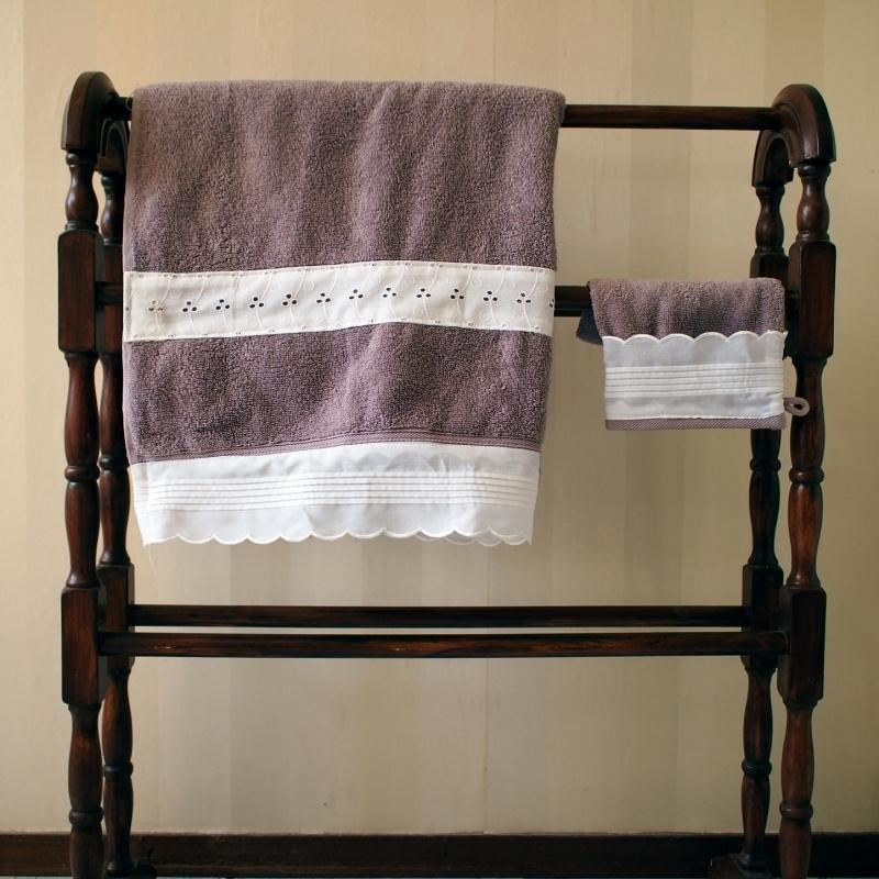 Handdoek + washand Laura Ashley met kanten rand