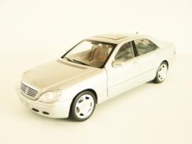 Mercedes Benz S600 (1998) zilverkleurig