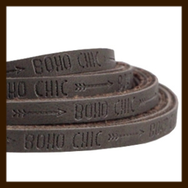 DQL144: 20cm Plat Imitatieleer van 5x2mm. Tekst: BOHO CHIC. Dark Chocolate Brown.
