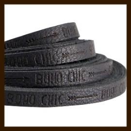 DQL540: 20cm Plat Imitatieleer van 5x2mm. Tekst: BOHO CHIC. Black Grey.