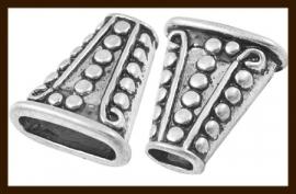 K057: Set van 2 Tibetaans Zilveren Leer - Eindkapjes van 18x16.5mm, gat is 13x5.3 en 6x4mm.