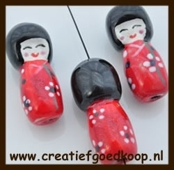 P917: Porselein Chinees Poppetje: Rood.