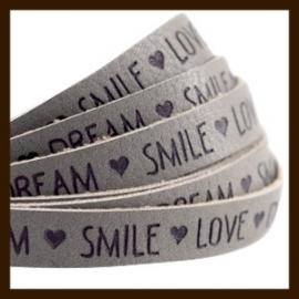 DQL733: 20cm Plat Imitatieleer van 10x2mm. Tekst: LOVE DREAM SMILE. Taupe Grijs.