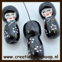 P919: Porselein Chinees Poppetje: Zwart.