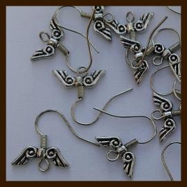 OR020:  Set van 2st. Oorbellen Haakjes met Vleugel (nikkelvrij).